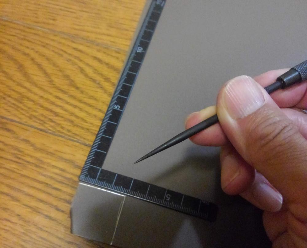 ケガキ針で線を引いたトタン板